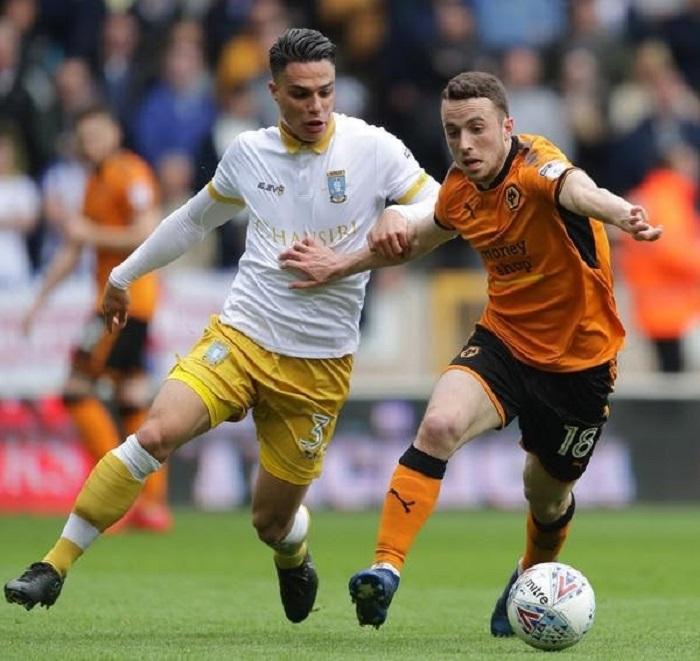 Jota (trái) tranh tài khá thành công xuất sắc trong màu áo Wolves