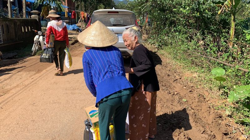 Vua Bài 9 và chuyến đi từ thiện miền Trung